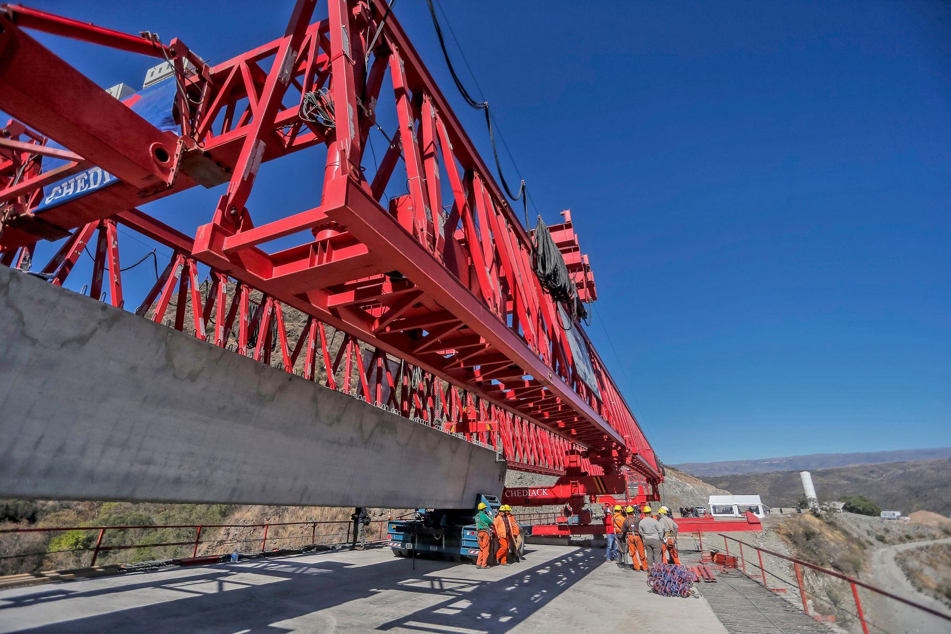 El viaducto número uno y el último en terminarse, tiene una altura de 75 metros desde la base de la montaña