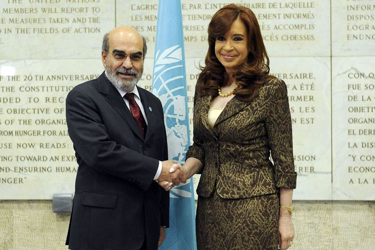 Cristina Kirchner se saluda con el director general de la FAO, José Graziano Da Silva, en Roma