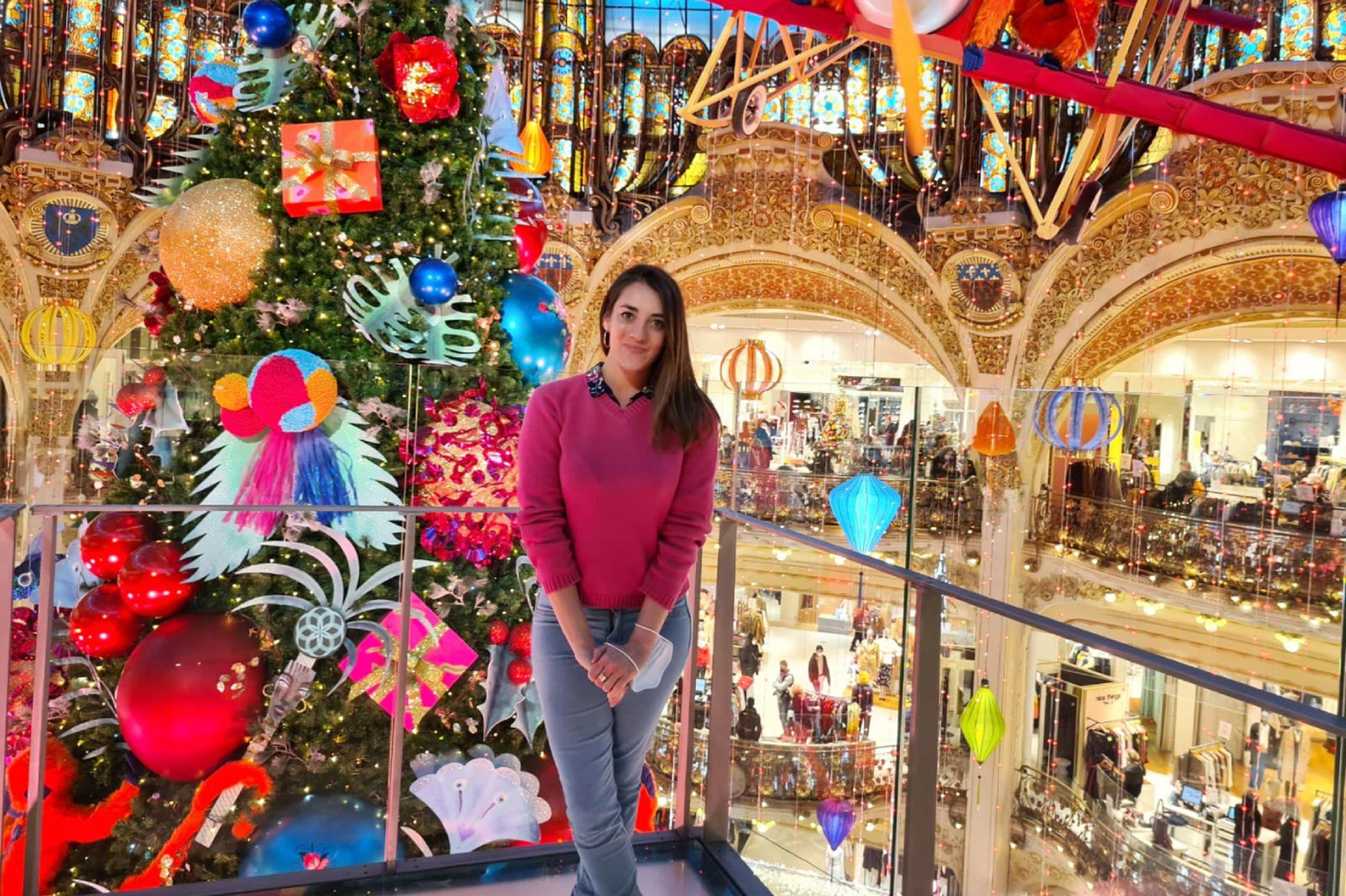 Guadalupe, en las icónicas Galerías Lafayette, París, Francia.