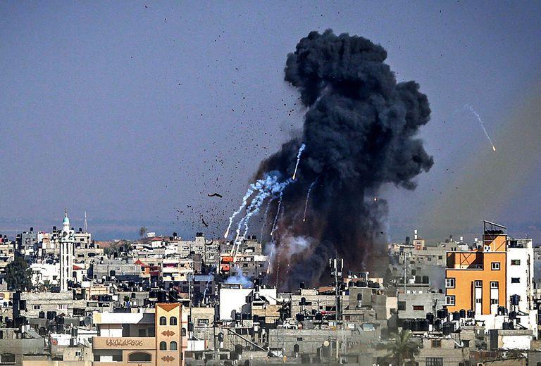El humo se eleva hacia el cielo después de un ataque aéreo israelí en la ciudad de Gaza