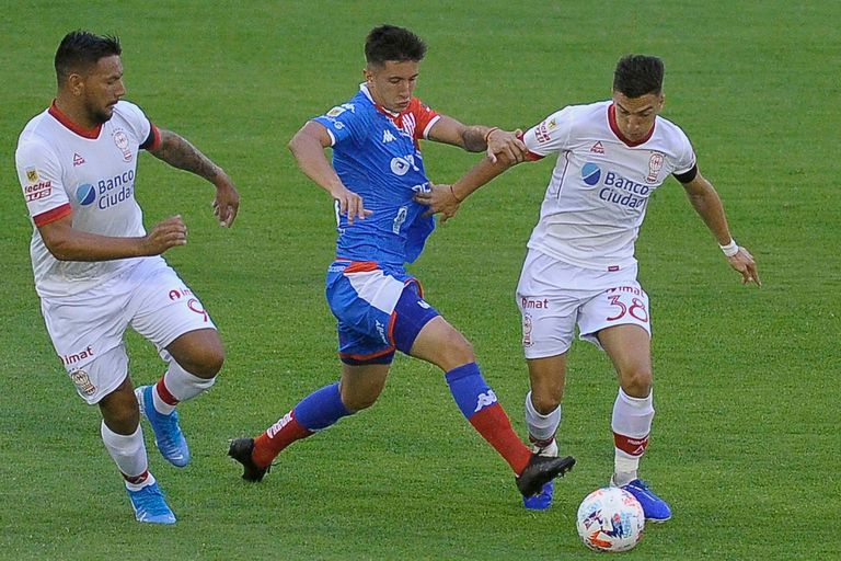 Escena del partido que disputan Huracán y Unión; el Globo viajará 10.000 kilómetros para jugar como visitante