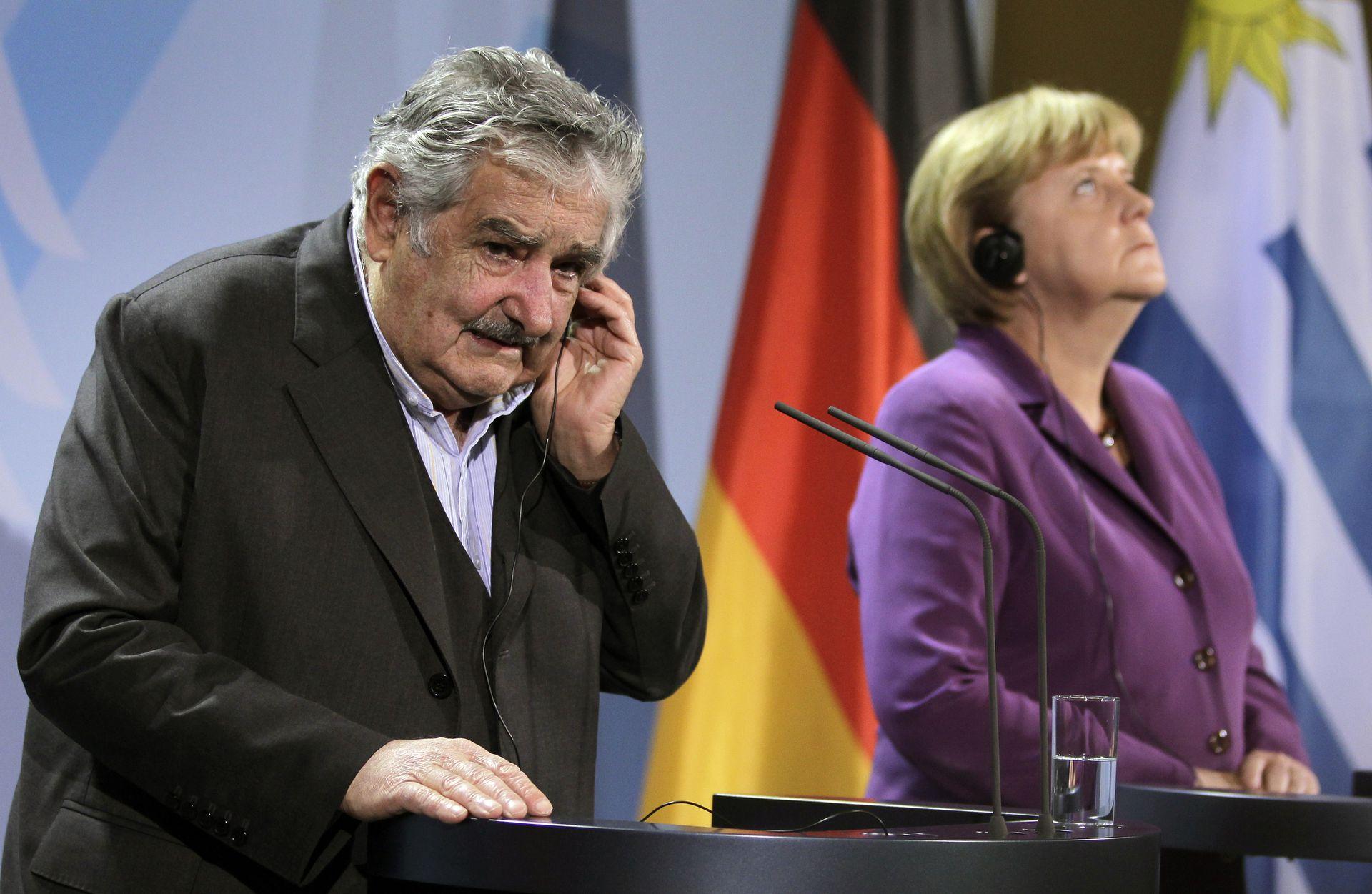 La canciller alemana y el presidente de Uruguay, José Mujica, comparten una conferencia de prensa tras una reunión en la cancillería en Berlín, Alemania, el martes 18 de octubre de 2011