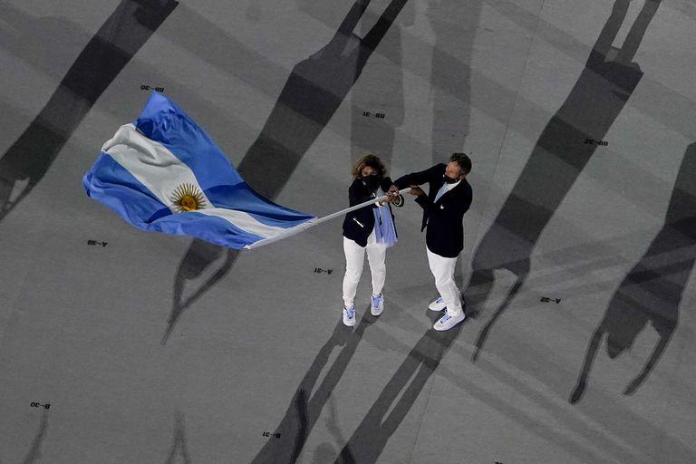 Cecilia Carranza Saroli y Santiago Lange, de Argentina, los abanderados argentinos durante la ceremonia inaugural de los Juegos Olímpicos Tokio 2020.