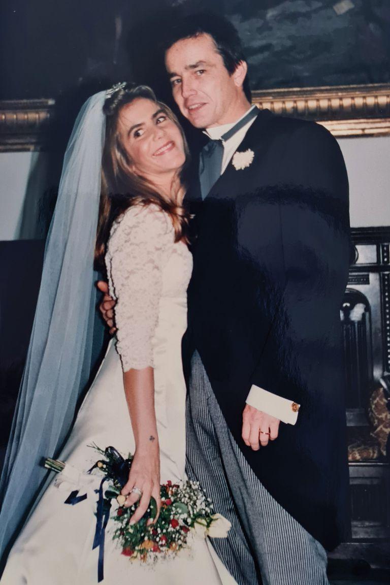 """Se casó en 1992 con """"Rody"""", el padre de sus hijos. Aquí, un recuerdo del día de su casamiento por iglesia, vestida por Manuel Lamarca."""