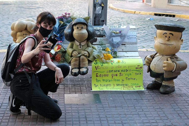 En la esquina porteña de Chile y Defensa, junto a una estatua de Mafalda y sus amigos, los admiradores despidieron con cariño al dibujante y gestaron un santuario improvisado