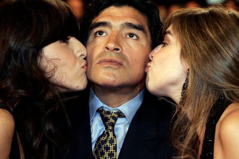 Diego Maradona y sus hijas Dalma y Giannina.