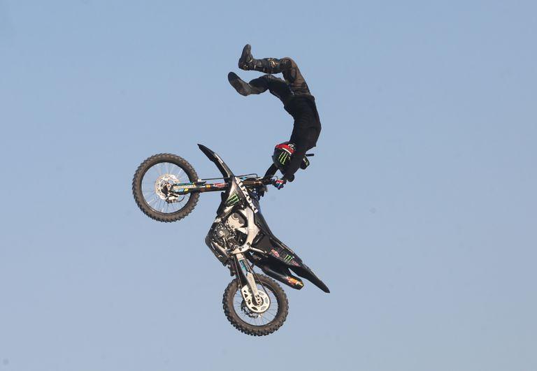 Los pilotos de motos hicieron acrobacias en el aire y Bj Baldwin hizo una gran demostración con su camión de 900 caballos de fuerza