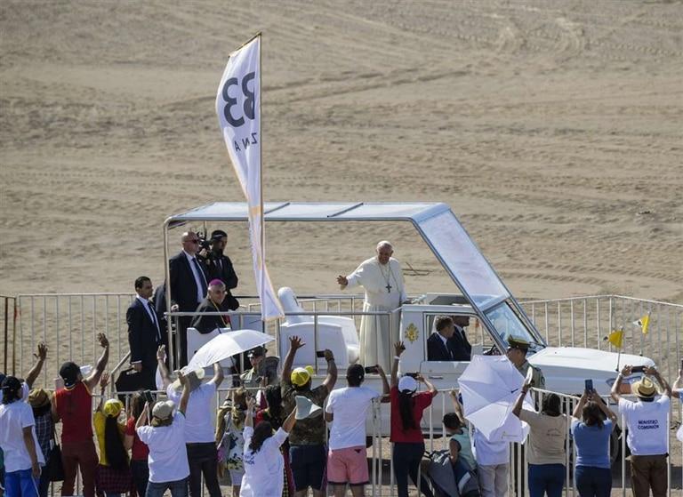 El Papa, ayer, en su llegada para la misa en Iquique