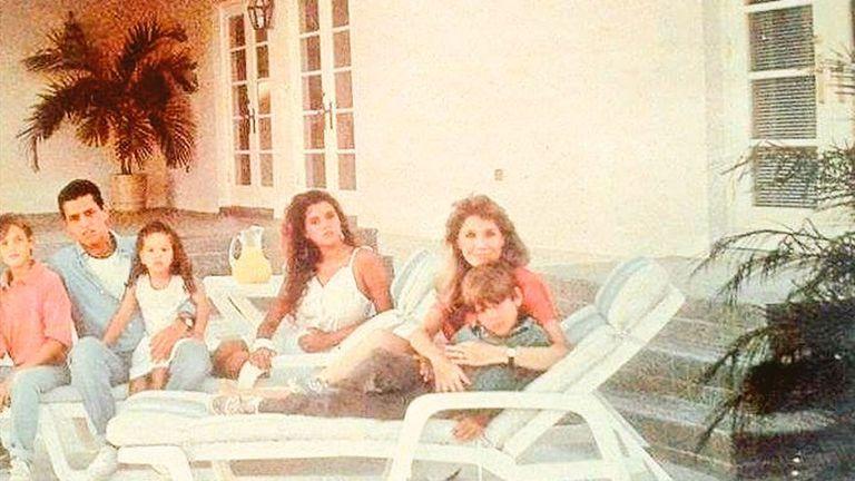 Martín, el mayor, abraza a Emanuel y Rocío, al lado está Julieta y con Evangelina, Luis