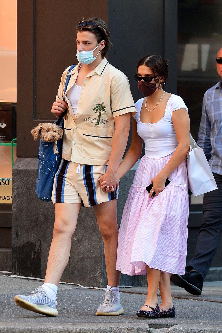 Foto © 2021 The Image Direct / The Grosby Group  EXCLUSIVO  17/06/2021  Millie Bobby Brown y Jake Bongiovi salen como pareja por primera vez en la ciudad de Nueva York. La estrella de 'Stranger Things' se tomó de la mano del hijo de Jon Bon Jovi mientras daba un paseo. Brown llevó a su cachorro en un bebé y vestía una blusa blanca, falda rosa y zapatos bajos.