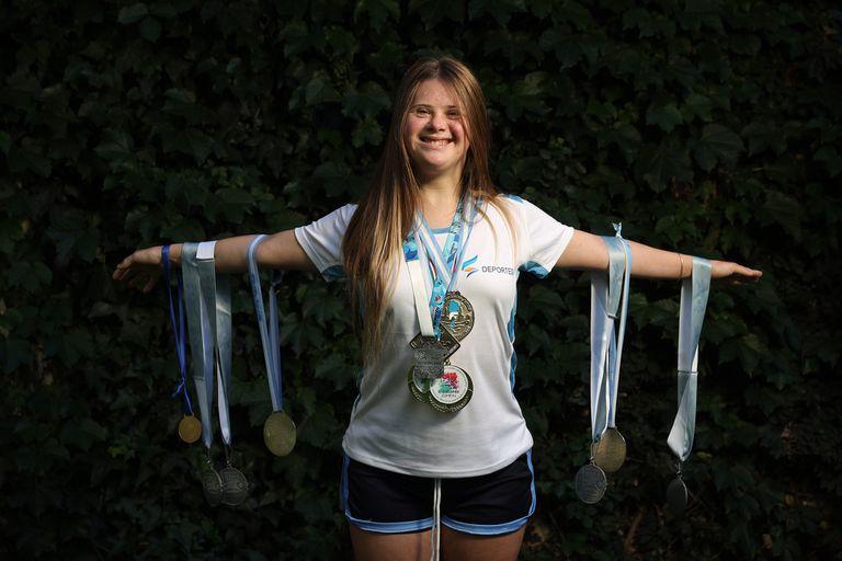 Jacinta tiene Síndrome de Down y es una súper campeona en nado sincronizado