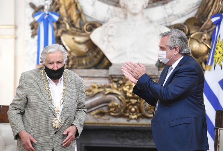"""""""Argentinos, quiéranse un poco más"""", dijo """"Pepe"""" Mujica tras ser condecorado por Fernández"""