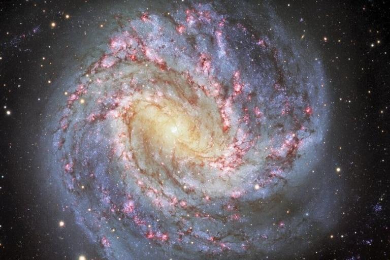 Messier 83 es una impresionante galaxia espiral que se encuentra a unos 15 millones de años luz de distancia