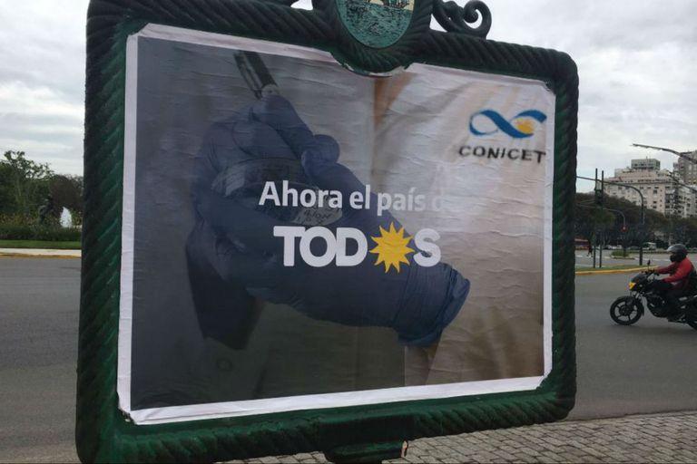 Una de las versiones de los afiches callejeros muestra a un científico del Conicet