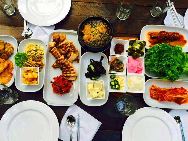La sopa del día de BAB, Budae-jjigae y muchos banchan.