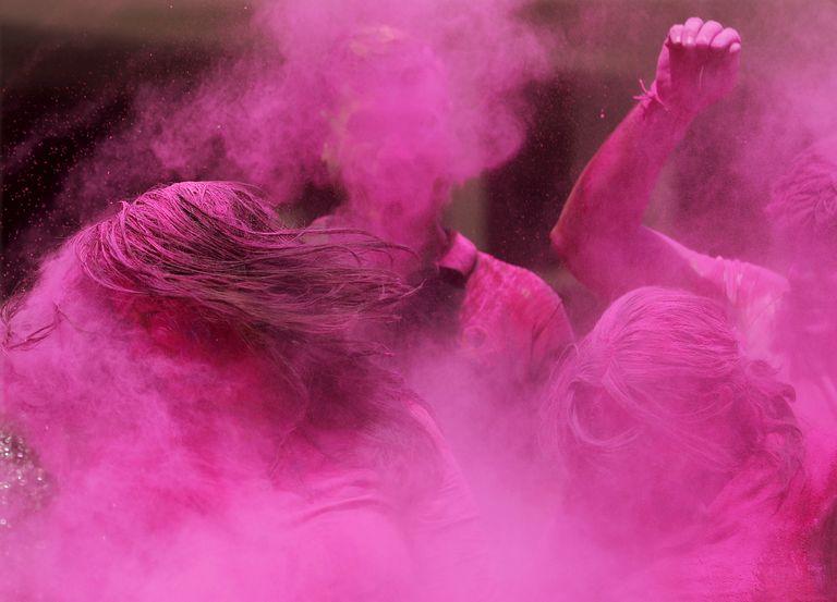 En fotos. Holi, el festejo de colores a pesar del coronavirus