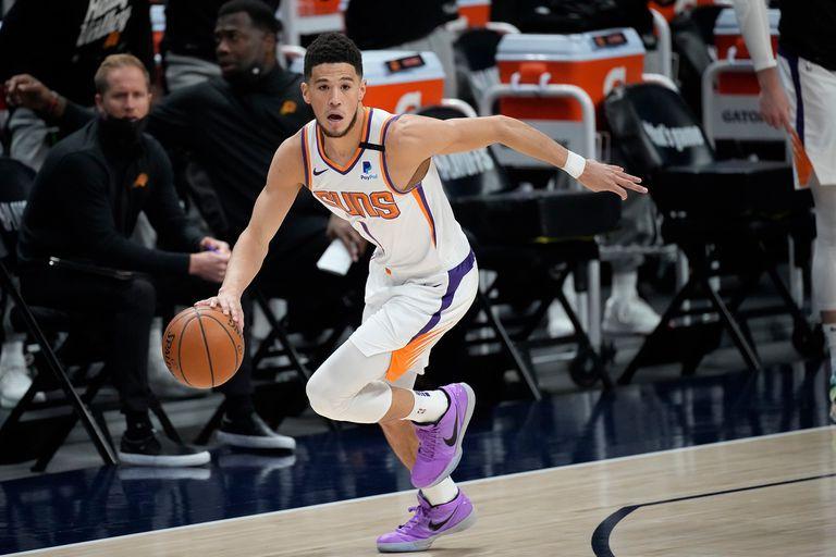 Devin Booker durante el partido de playoff que disputan Phoenix Suns y Denver Nuggets