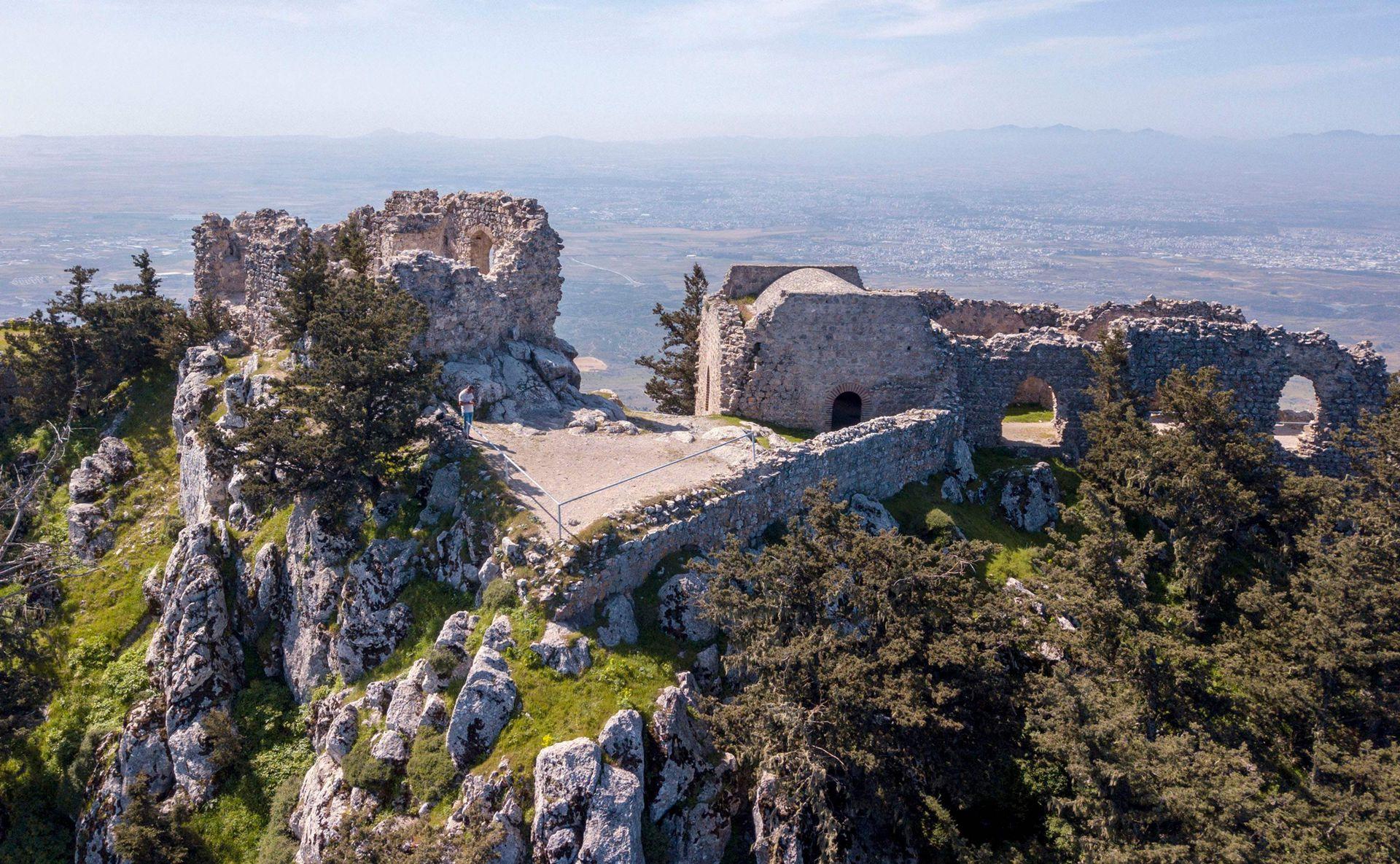 Pero hoy, Chipre sigue estando salpicada de castillos en ruinas herencia de los cruzados, como el de Kolossi, antaño base de la orden de los Caballeros Hospitalarios; o, en el norte, el castillo de San Hilarión, que domina majestuoso sobre el puerto de Kyrenia