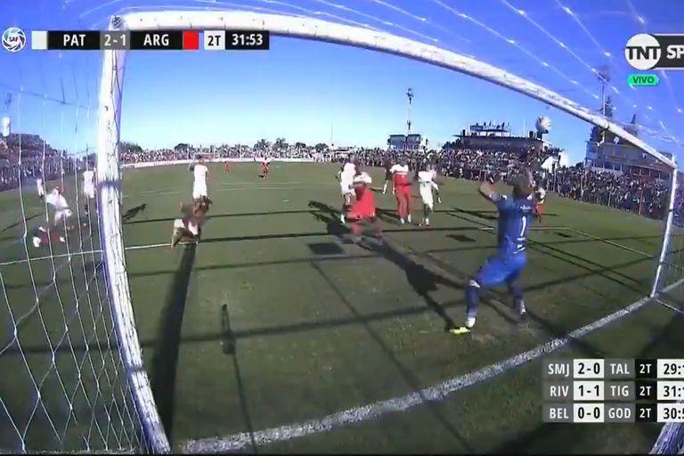 Sebastián Bértoli, con 41 años, le tapa el tiro a Jonathan Sandoval y asegura el triunfo de Patronato contra Argentinos Juniors