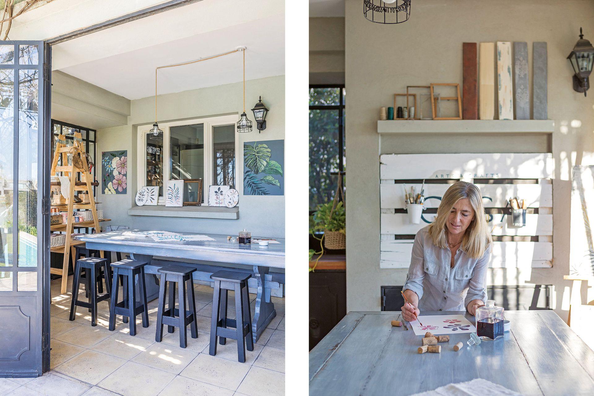 Alejandra equipó su taller con mesa y bancos pintados, y una estantería hecha por ella con escalera de pinturería y postigos lijados.