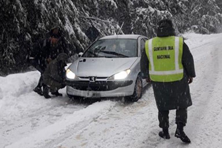 Por las intensas nevadas, se clausuró el aeropuerto por más de 24 horas y se cerraron preventivamente los pasos fronterizos
