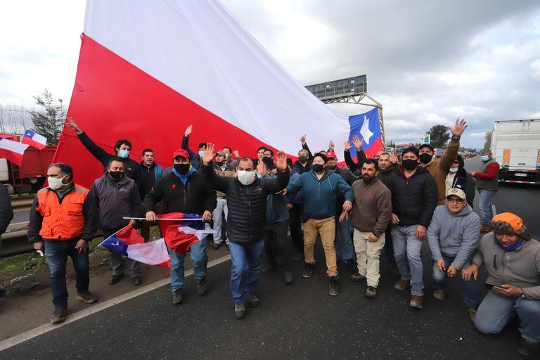 Camioneros cortan una ruta en Valparaíso, Chile, el 27 de agosto de 2020 para protestar por el aumento de los ataques de los mapuches