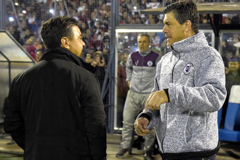 El saludo de Marcelo Gallardo con el técnico de Dálmine, Felipe de la Riva