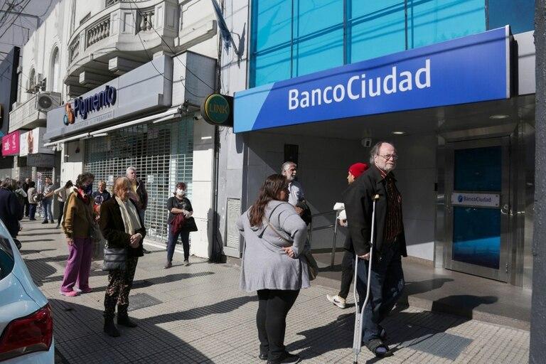 Largas colas en los bancos de Villa Urquiza
