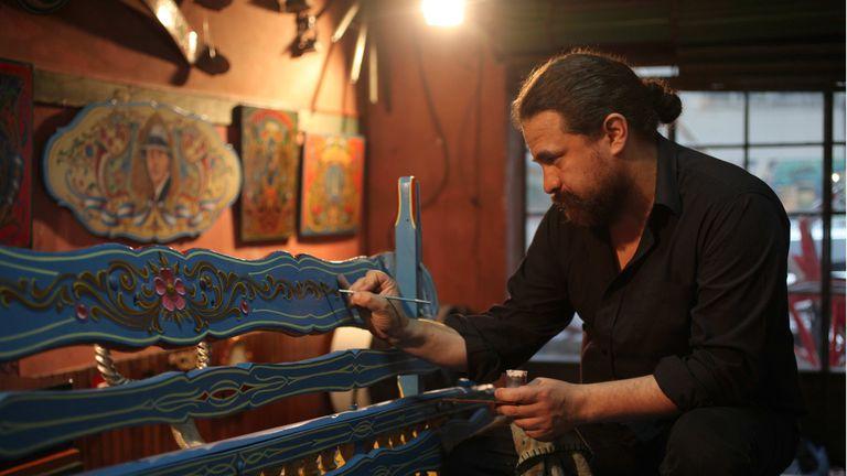 El tradicional arte porteño del fileteado podría ser declarado patrimonio inmaterial de la humanidad, en su atelier de Mataderos, Memo Caviglia trabaja con esmaltes multicolores