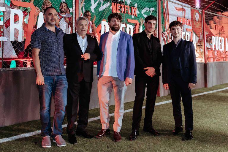 El director Adrián Israel Caetano y el creador de la serie, Martín Zimmerman (en el centro de la foto), junto a parte del elenco de Puerta 7