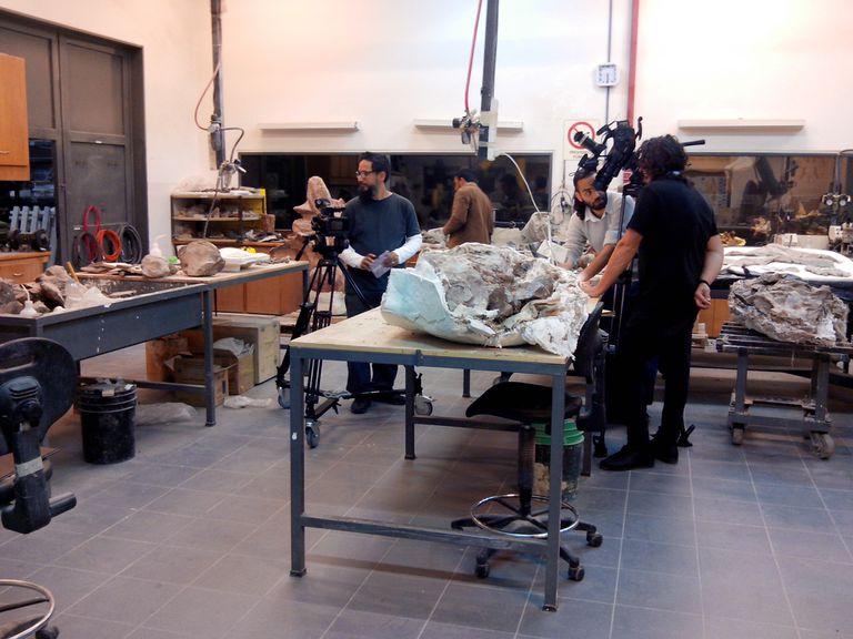 El equipo de rodaje en el Museo Egidio Feruglio, en Trelew