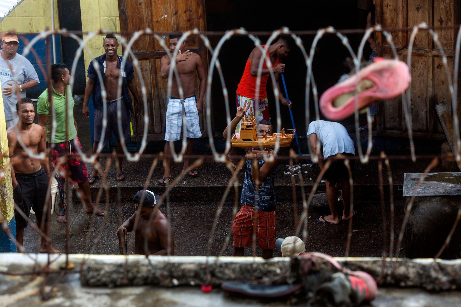 Un preso trata de vender un pequeño barco de madera