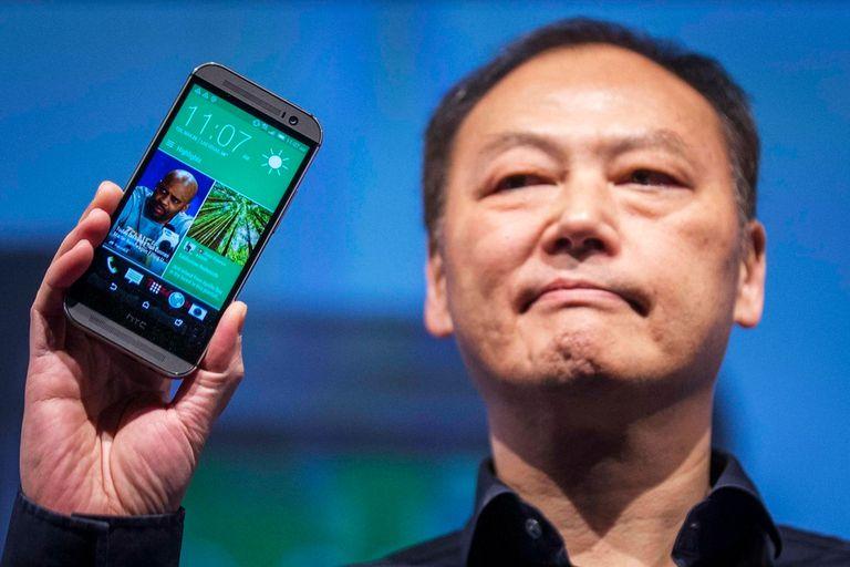 Peter Chou, CEO de HTC, muestra el One M8 durante la presentación de hoy