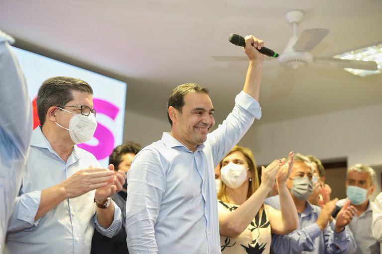 Valdés, ayer, al celebrar su victoria junto a su compañero de fórmula, Pedro Braillard Poccard, y dirigentes del radicalismo