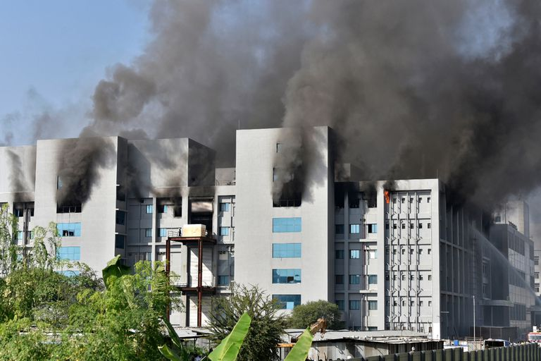 India. Incendio en una sede del mayor fabricante de vacunas del mundo: 5 muertos