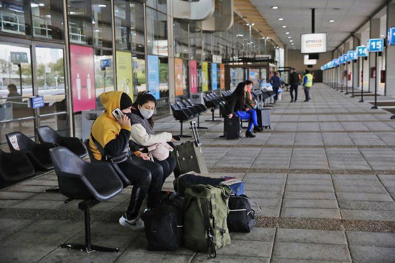 Llegadas y partidas paulatinas, reformas y mayores controles, la nueva realidad de la principal terminal de la ciudad