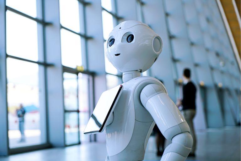 Pepper, un robot asistente con un rostro humanoide, pero que no intenta esconder que es una máquina