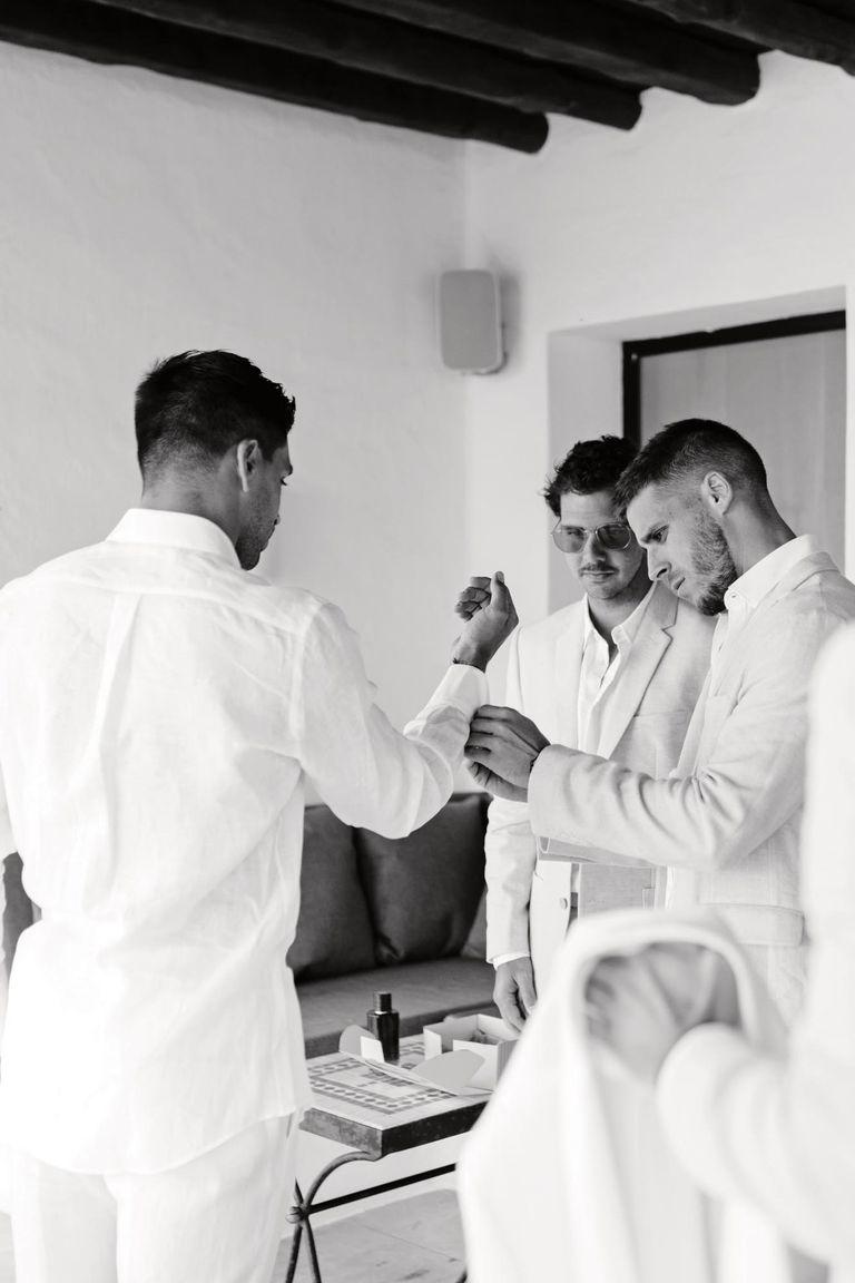 Los amigos del novio le acomodan su camisa de la firma Tagliatore