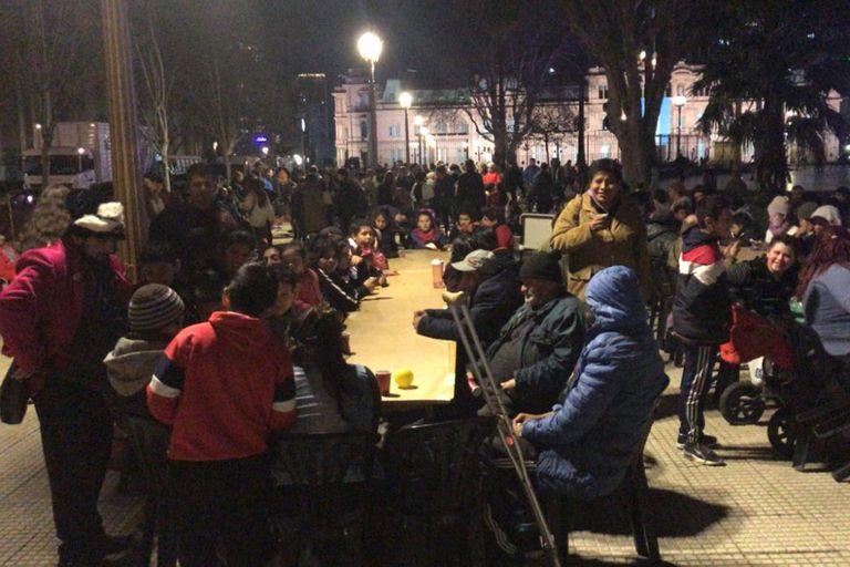 Noche solidaria en Plaza de Mayo para ayudar a las familias en situación de calle