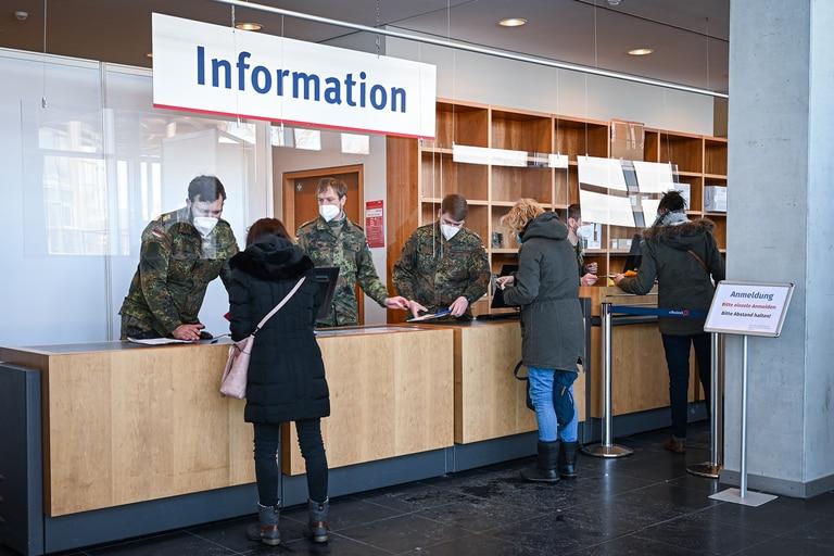 Los soldados registran a los pacientes en el centro de vacunación en Rostock, Alemania, el 12 de febrero de 2021