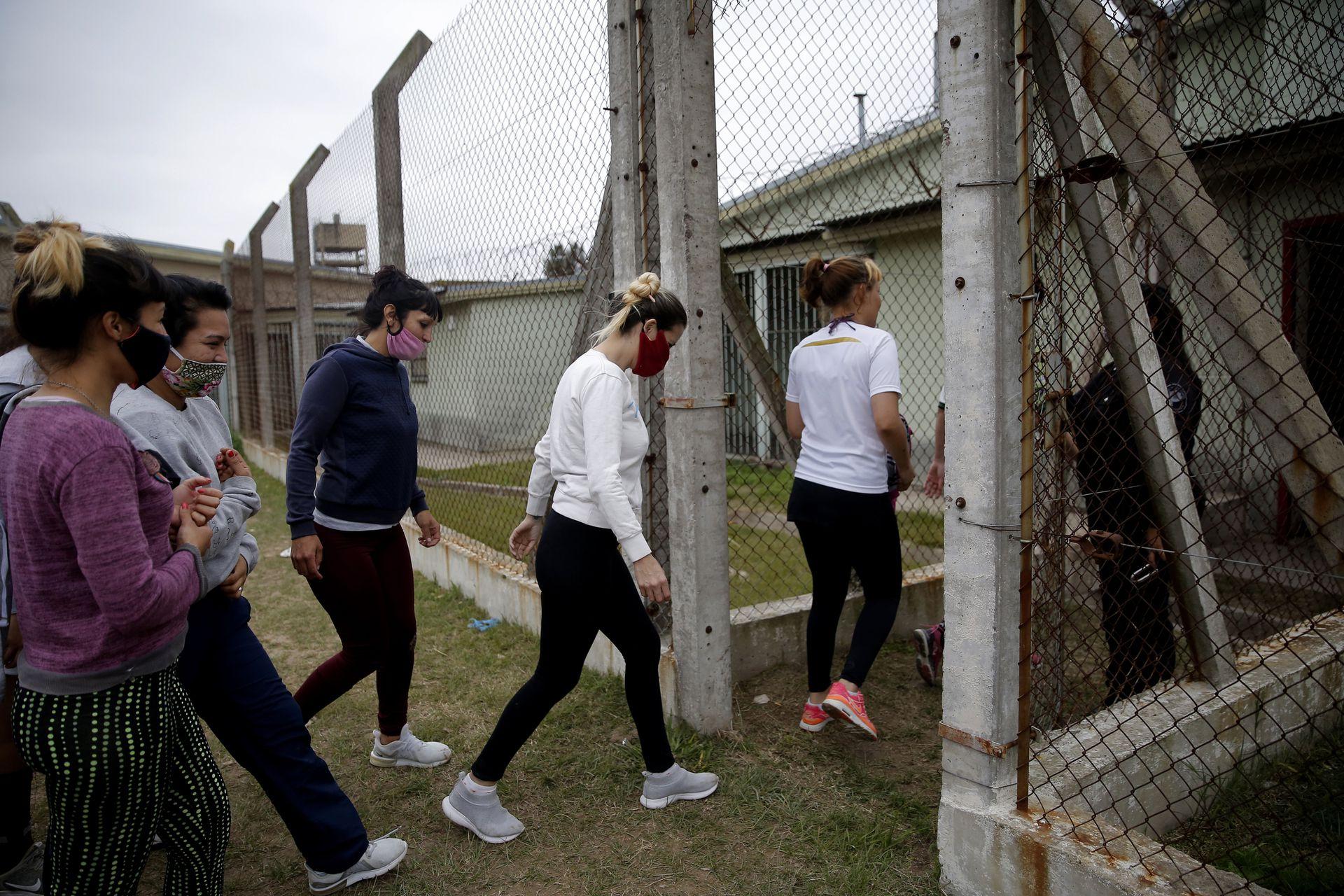 Unidad Penitenciaria 46 de San Martin. UP 46 de mujeres. Entrenamiento de Las Lobas, incipiente equipo de hockey de mujeres de la unidad penitenciaria.