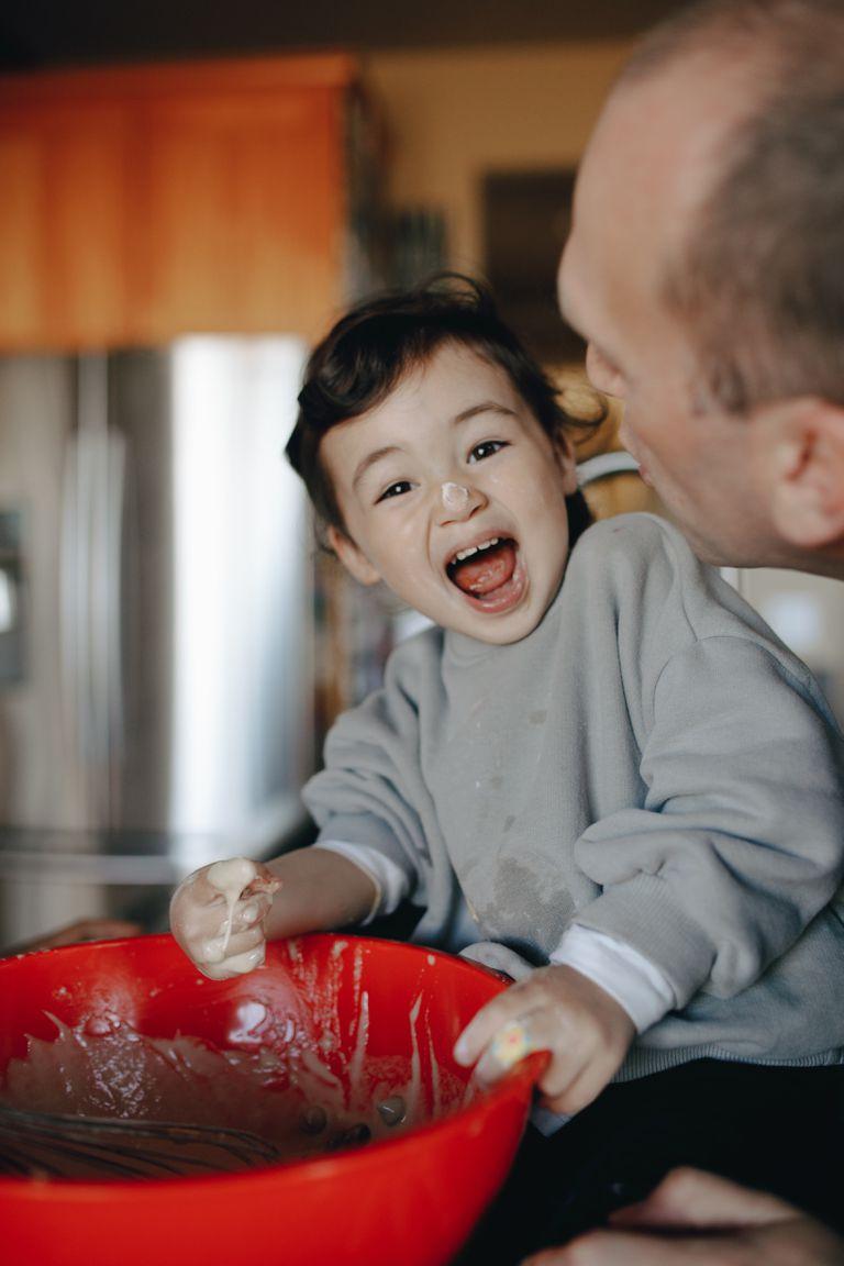 Cocinar en familia es una experiencia que ayuda a los chicos a conocer mejor los alimentos y animarse a probarlos