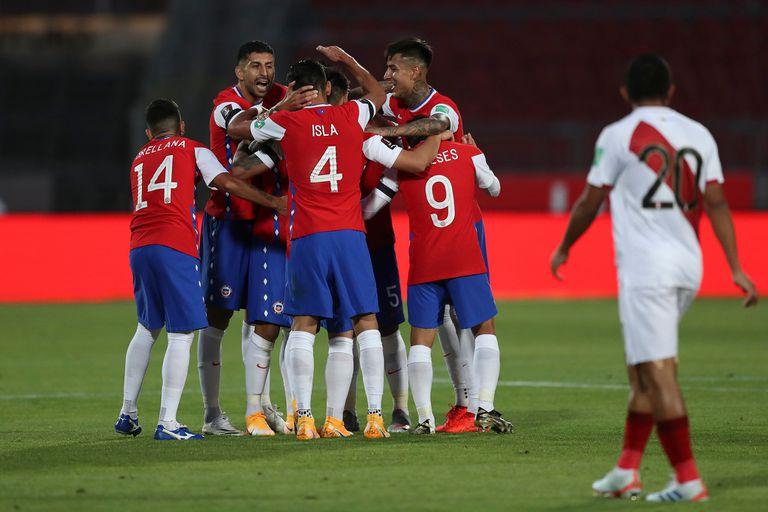 Todos los compañeros abrazan a Arturo Vidal, autor del primer gol de Chile contra Perú.
