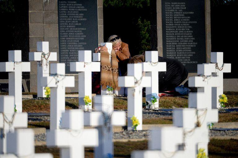 Malvinas: en una histórica ceremonia las familias de 90 soldados pudieron rendirles homenaje en tumbas con nombre, hubo aplausos para el militar británico que los sepultó