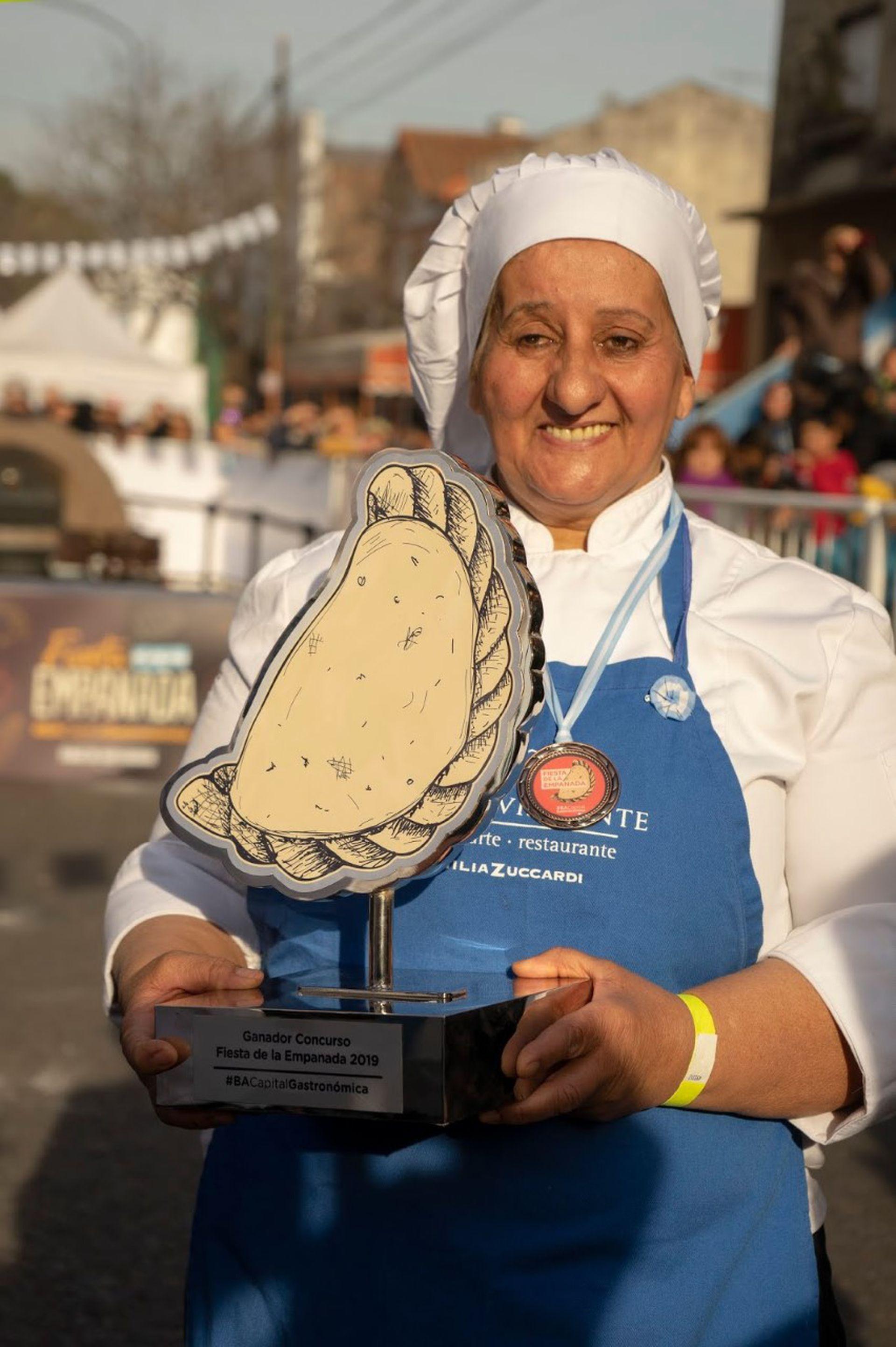 Con el trofeo que la coronó como la ganadora el 9 de julio de 2019. El podio lo logró compitiendo con otros 14 cocineros de distintas regiones del país.