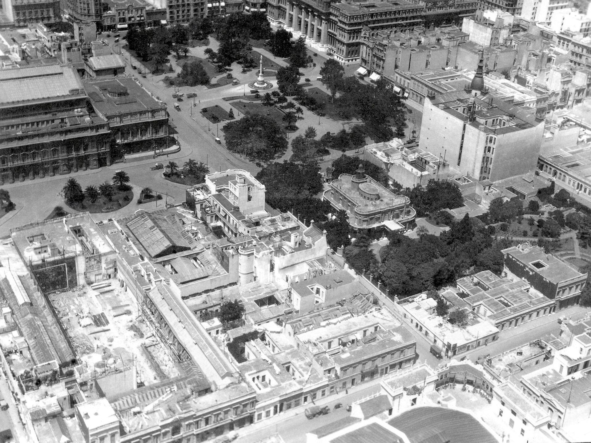 Plaza Lavalle. El Palacio Miró aún estaba en pie.