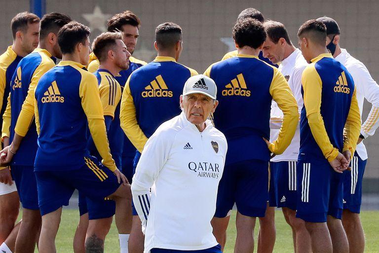 Russo, en el medio de la disputa entre el plantel de Boca y el Consejo de Fútbol del club.