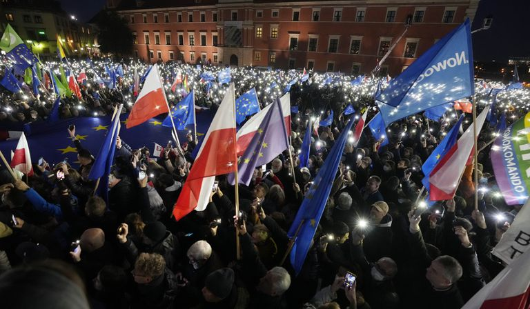 Decenas de banderas de Polonia y de la UE durante la manifestación en el centro de Varsovia