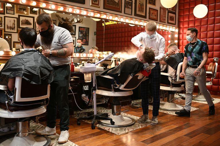 """Varios jóvenes se cortan el cabello en """"Barber Barber Barbers"""" en Liverpool, Inglaterra"""