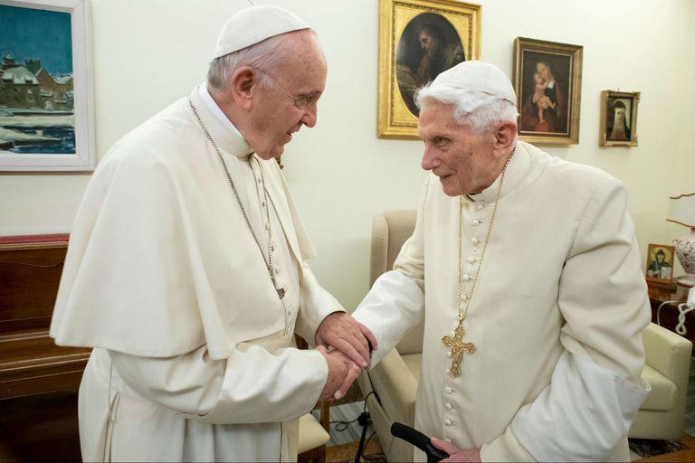 Convivencia incómoda: piden regular la institución del papa emérito